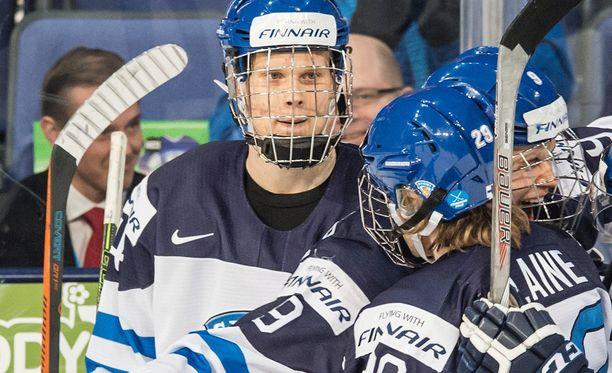 Olli Juolevi (kuvassa vasemmalla) kuului nuorten MM-kultaa vuodenvaihteessa kotikisoissa voittaneeseen Suomen joukkueeseen. Suomalaispakki voitti puolustajien pistepörssin ja valittiin turnauksen tähdistökentälliseen.