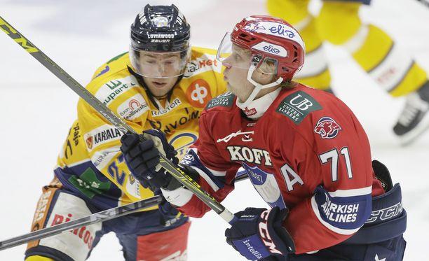 HIFK:n Juuso Puustinen (2+0) oli liian liukas pideltävä Lukon Juho Tommilalle.