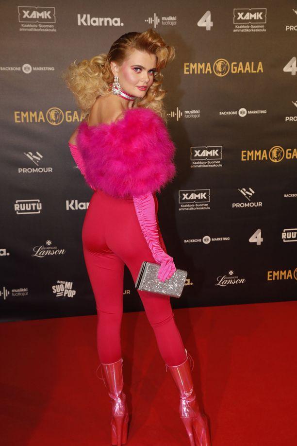 Erika Vikman edusti punaisella matolla pinkissä asuluomuksessa.
