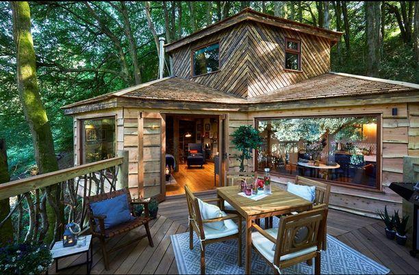 Tyylikkäältä terassilta avautuu komeat metsämaisemat.