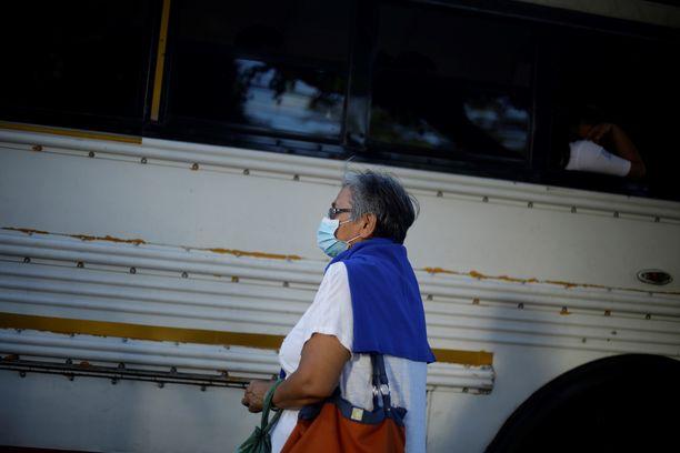 Nainen oli menossa bussin kyytiin San Salvadorissa keskiviikkona.
