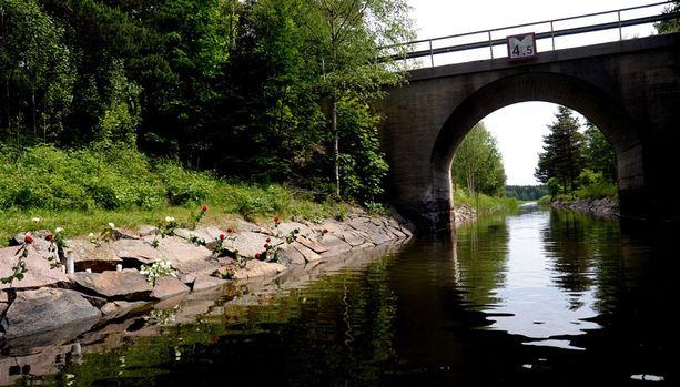 TURMAPAIKKA Mitä ilmeisemmin hurjaa ylinopeutta kulkenut vene paiskautui vasen kylki edellä Jomalvikin sillan betoniperustukseen.