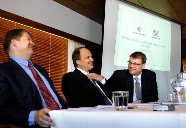 Juha Hulkko kutsui Talouselämän haastattelussa Juha Sipilää parhaaksi johtajaksi, jonka kanssa hän on tehnyt töitä. Kuva vuodelta 2002, jolloin Elektrobit ja JOT Automation fuusioituivat.