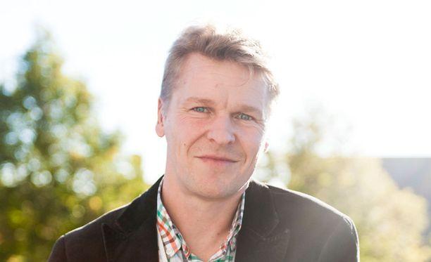 Toni Nieminen, 41, myy asuntoja ja pyrkii nousemaan ylös taloudellisesta kuopasta.