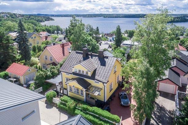 Tämä koti sijaitsee Tampereella Pispalassa. Pispalan ympäristö on vehreä ja jyrkkämäkinen. Pispala on rauhaisaa aluetta, mutta keskusta ei ole kaukana.