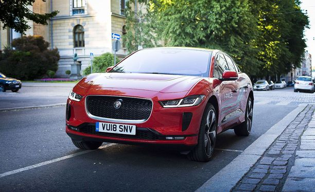 Muun muassa kuvan Jaguar I-Pace sekä edullisemman hintaluokan Hyundai Ioniq Electric pystyvät hyödyntämään nykyisiä pikalatureita nopeampia suurteholatureita.