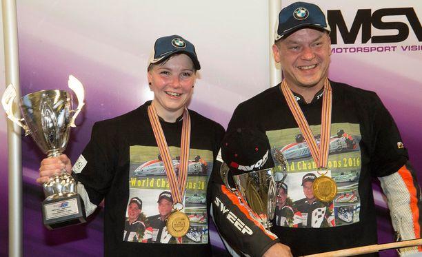 Kirsi Kainulainen ja Pekka Päivärinta juhlivat ratamoottoripyöräilyn sivuvaunujen maailmanmestaruutta.
