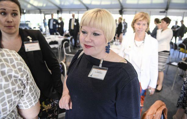 Iltalehti ei tavoittanut perhe- ja peruspalveluministeri Annika Saarikkoa kommentoimaan etämyynnistä noussutta kiistaa. STM:n osastopäällikkö Markku Tervahaudan mukaan Saarikko on ohjeistanut, miten asiassa edetään.