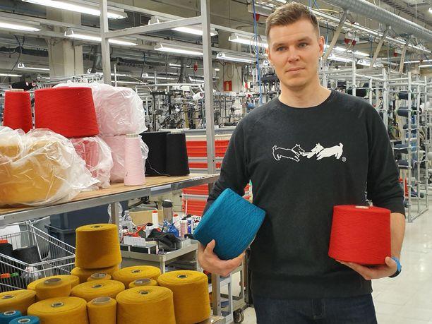 Lankavarastosta neulontaan ja pesusta muotoiluun - toimitusjohtaja Janne Tamminen tuntee sukanvalmistuksen eri vaiheet kuin omat taskunsa.