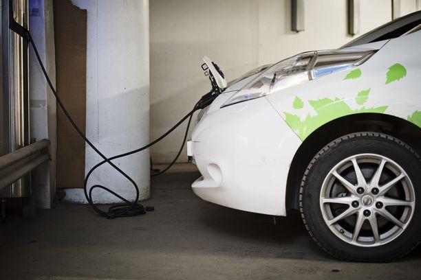 Sitra arvioi, että Suomessa tulisi olla kaikkiaan 700 000 sähköautoa ja 100 000 ladattavaa hybridiautoa 2030 mennessä.