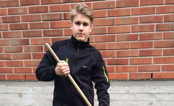 Samuli Markkanen tekee monenlaisia pihatöitä. Syksyllä jatkuu taas koulunkäynti yrittämisen ohella.