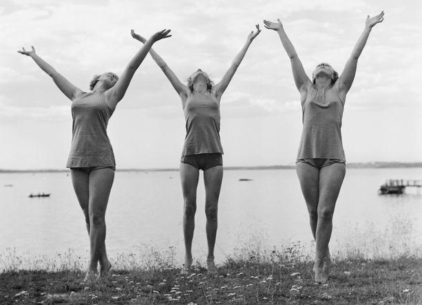 Viipurissa oli useita vireitä urheiluseuroja. Kuvassa naisvoimistelijoita harjoittelemassa Tanhuvaaran liikuntaopiston rannalla vuonna 1937.