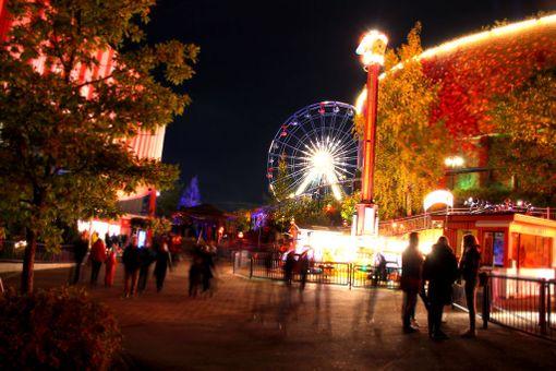 Valokarnevaalin aikana pääsee vielä nauttimaan huvipuistolaitteista, ennen kuin Linnanmäki suljetaan talveksi.