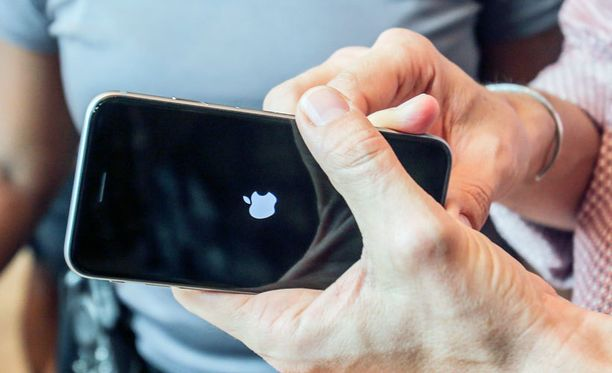 Laitteen ohjelmistosuojausten murtaminen on tarpeen, jos haluaa esimerkiksi asentaa epävirallisia sovelluksia iPhoneen. Kuvassa uusi iPhone 6s.