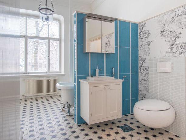 Tässä Helsingin kantakaupungissa sijaitsevassa kerrostaloasunnossa on entisaikojen kylpylätunnelmaa.