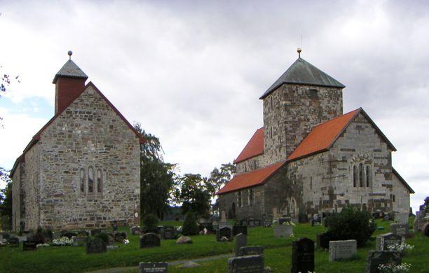 """Koronaan kuollut Hans Kristian Gaarder asui Norjan Granissa, jonka keskeisimpiä nähtävyyksiä ovat kuvan """"Sisaruskirkot"""" (Søsterkirkene)."""