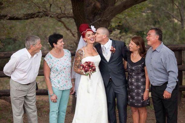 Sinin ja Stuartin vanhemmat iloitsivat häissä parin puolesta.