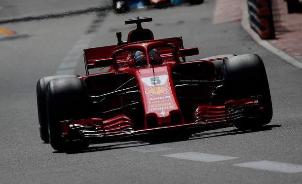 Sebastian Vettel sai 100 euron sakot ylinopeudesta varikkosuoralla.