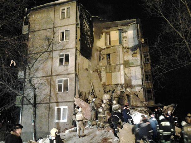 Puoli viideltä aamuyöllä tapahtunut räjähdys romahdutti osan kerrostalosta.