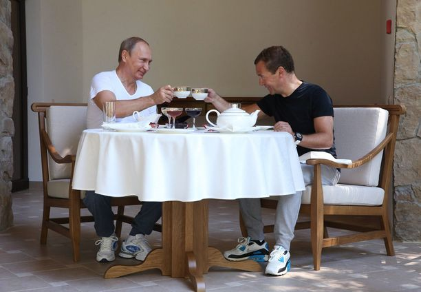 Lämminhenkinen video päättyy Putinin ja Medvedevin teehetkeen.