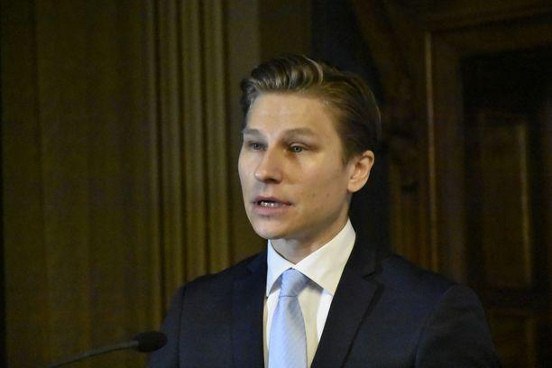 Oikeusministeri Antti Häkkäsen mukaan teknologiayritysten toimintaan tarvitaan myös pakottavaakin sääntelyä.