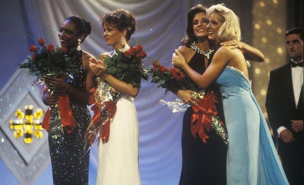 Miss America -voittajia vuonna 1995 Atlantic Cityssä. Lukuisat kisan osanottajat vaativat organisaation johtohenkilöiden eroa skandaalin vuoksi.