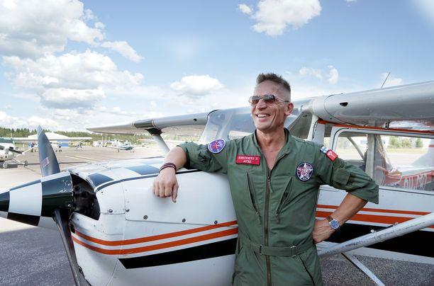 Näyttelijä Sami Saikkonen on myös lennonopettaja. Kyseinen lentokone ei ole se, jolla hän osallistuu Kaivari21 -lentonäytöstapahtumaan.