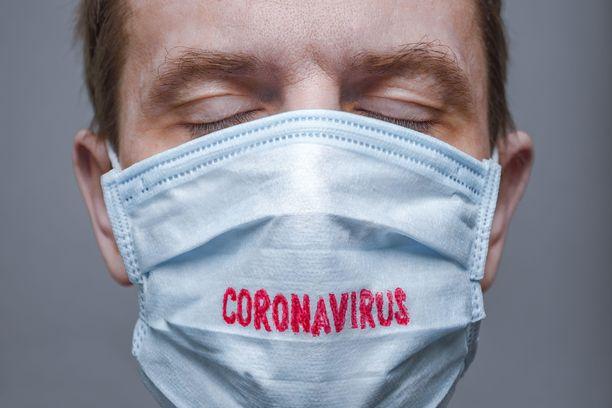 Koronavirus näyttäisi iskevän miehiin naisia rajummin. Kuvituskuva.