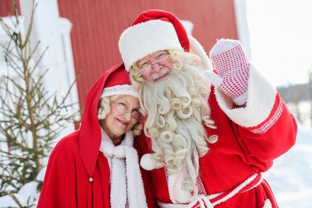 Joulupukki ja -muori lomailevat Kuusamon mökillä Pohjolan pirtissä.