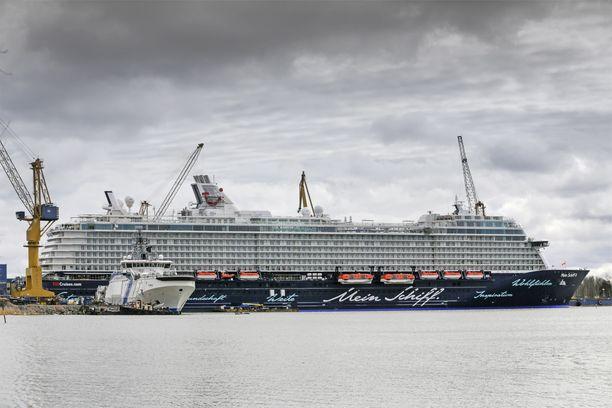 OP:n mukaan vahva palveluvienti ja suuret laivatoimitukset ovat Suomen viennin valopilkkuja. Kuva Meyer Werftin Turun telakalta 2015.