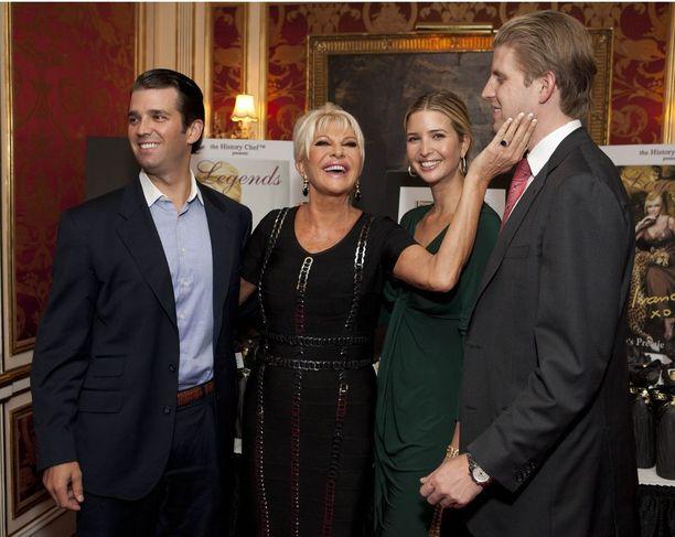 Donald Jr., Ivana, Ivanka ja Eric Trump yhteiskuvassa vuonna 2011.