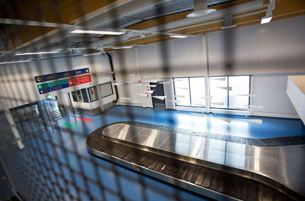 Saapuvien matkustajien matkatavaroita kuljettaa uudistuksen jälkeen hihnojen sijaan matkalaukkukaruselli.