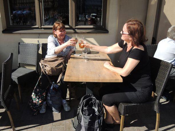 Jaana (vas.) ja Merja arvioivat kesäkelien lisäävän alkoholinkäyttöä.