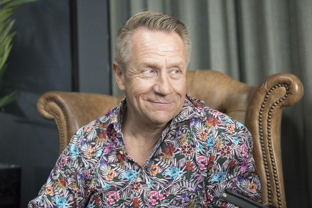 Olli Lindholm oli hyvin läheinen enonsa Raimo Jokisalon kanssa. Ikäeroa miehillä on vain 15 vuotta.