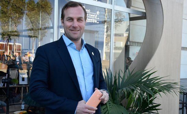 Suomessa Nokia-kännyköistä vastaava Ossi Korpela myöntää, että lisätietoa uusien Nokia-kännyköiden myynnistä kuullaan pian.