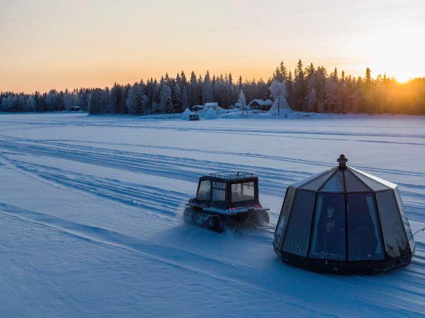 Ranualaisyrityksen iglut voidaan siirtää asiakkaan haluamaan paikkaan. Talvella siirto tehdään jäätä pitkin.