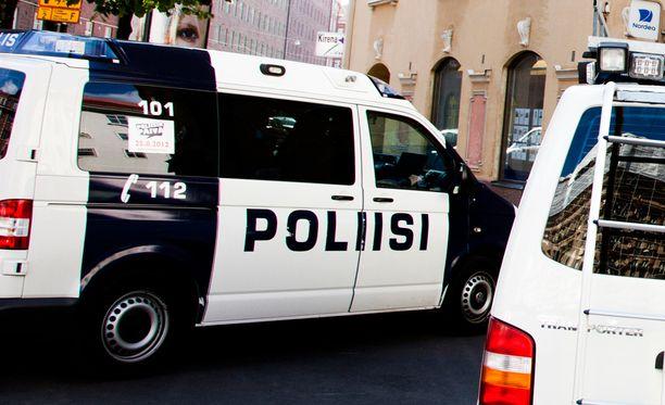 Sivulliset häiritsivät poliisin työtä, kun epäilty alkoi käyttäytyä väkivaltaisesti. Arkistokuva.