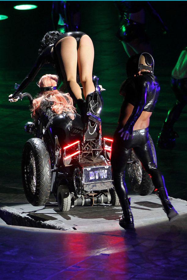 Lady Gagan näyttävä sisääntulo päättyi nolosti.