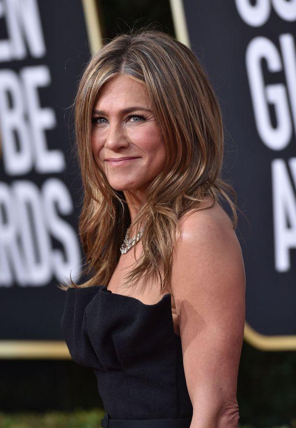 Jennifer Aniston muistuttaa ihmisiä hengityssuojaimen olevan tärkeässä osassa koronaviruksen leviämisen estämisessä.