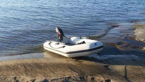 Nikin perhe aikoo tehdä kadonneesta veneestä ja perämoottorista rikosilmoituksen. Mahdolliset havainnot veneestä voi ilmoittaa Ijäkselle suoraan.