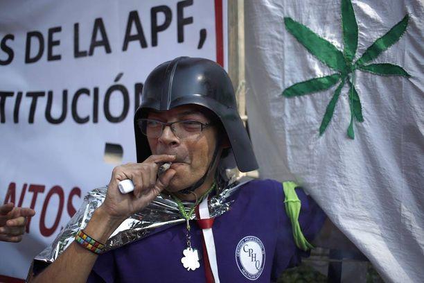 Marihuanan laillistamisen kannattaja poltteli Meksikon korkeimman oikeuden edustalla Mexico Cityssä keskiviikkona.