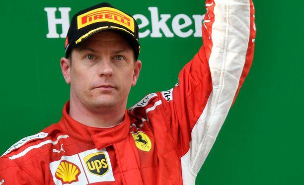 Kimi Räikkönen oli Kiinan GP:n värikkäiden tapahtumien jälkeen lopulta se Ferrari-kuljettaja, joka seisoi palkintokorokkeella käsi pystyssä.