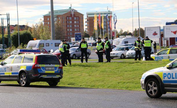Ruotsin poliisi valvoo raja-aluetta parinkymmenen hengen voimin.