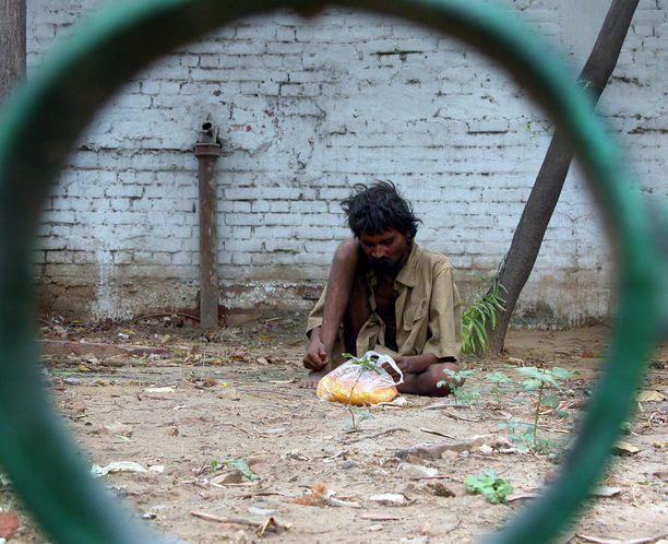 Asunnoton mies Intian Delhissä. (Kuvituskuva)