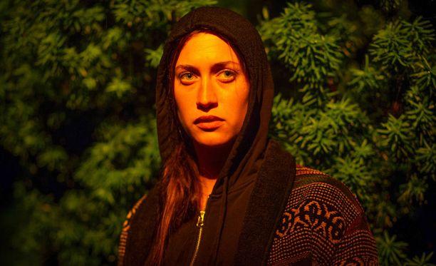Julia Ragnarsson näyttelee Oliviaa, jonka omassa elämässä on käynnissä myllerrys.