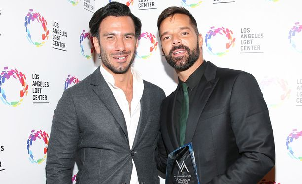 Ricky Martin (vas.) julkaisi kuvan, jossa laulaja kertoo pariskunnan perheen kasvaneen tyttövauvalla.