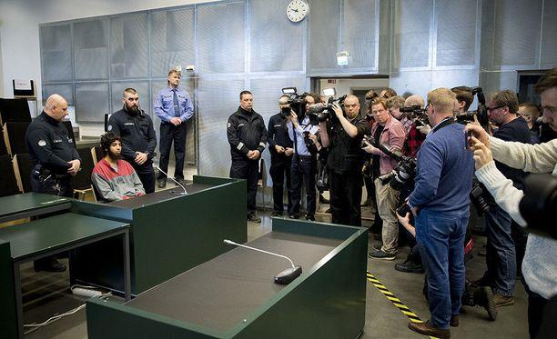 Media otti valokuvia Turun puukottajasta ennen oikeudenkäynnin alkua.