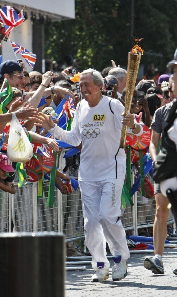 Gordon Banks kuljetti olympiasoihtua Lontoossa 2012.