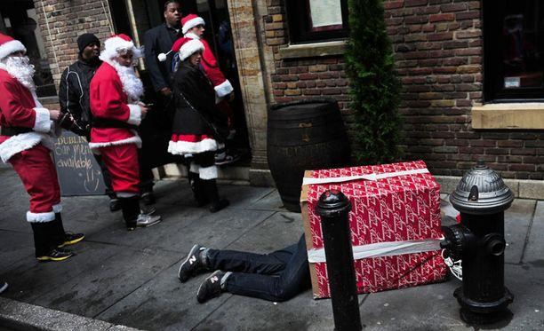 Joulupukit pysyivät vielä tässä vaiheessa pystyssä, lahjapaketin jalat pettivät jo.