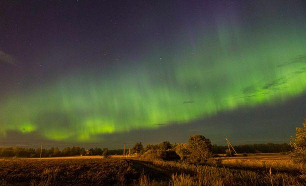 Revontulet tarjosivat nähtävää yli tunnin ajaksi Etelä-Suomessa.